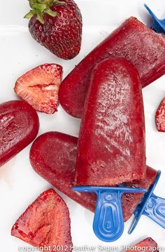 Easy and Delicious Strawberry Popsicles! These look amazing! Baby Food Recipes, Snack Recipes, Dessert Recipes, Fruit Recipes, Healthy Sweet Treats, Healthy Sweets, Frozen Desserts, Frozen Treats, Frozen Fruit