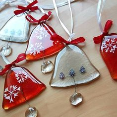 Some wonderful jingle bells made by in one of our Hobby Fusers! Glass Christmas Decorations, Stained Glass Christmas, Glass Christmas Ornaments, Christmas Bells, Fused Glass Ornaments, Fused Glass Art, Mosaic Glass, Christmas Jewelry, Christmas Crafts