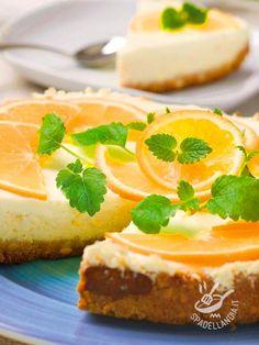 Orange cheesecake - Il Chesecake è un dolce americano, a base di crema di formaggio. Il fondo è spesso costituito da biscotti sbriciolati ma in questo caso è di pasta frolla. #cheesecakeallarancia