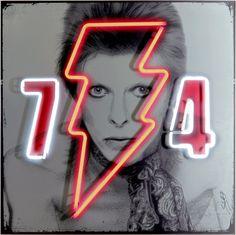 David Bowie Imortalizada Em Neon presta homenagem a anos dourados de Bowie…
