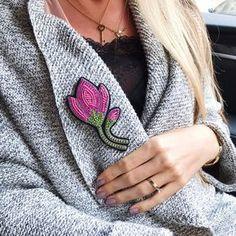 По многочисленным просьбам показываю размер 10,5 см в длину, на двух застежках #брошьручнойработы #брошьтюльпан #брошьцветок #цветок #тюльпан #вышивка #ручнаяработа #tulip #tulipbrooch #handmade #handmadebrooch #flowerbrooch #embroidery #embroideryart #embroiderybrooch