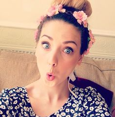 This beautiful person! One of my idols ; Zoella Hair, Alisha Marie, Zoe Sugg, Beautiful Person, Beautiful People, Celebs, Celebrities, Messy Hairstyles, Flower Crown