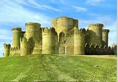 Castillo de Belmonte, Cuenca, Castilla La Mancha, España. Es un singular edificio que, por su estado de conservación, por su especial estructura, y por su aspecto exterior, prácticamente el mismo que tuvo en el momento de su construcción (siglo XV ), constituye un valioso tesoro patrimonial.