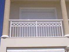 varanda com grade de ferro / grade varanda ferro Balcony Grill Design, Balcony Railing Design, Window Grill Design, Front Door Design Wood, Door Gate Design, House Front Design, Steel Railing Design, Steel Stair Railing, Exterior Stair Railing