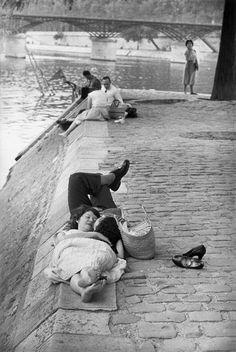 blackpicture:  Henri Cartier-Bresson Square du Vert-Galant. Paris (1955)