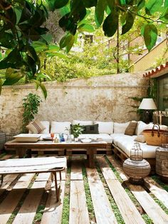 55 Amazing Backyard Ideas On A Budget For Small Yard Pallet Patio, Backyard Patio, Backyard Landscaping, Backyard Ideas, Patio Ideas, Landscaping Ideas, Outdoor Living Rooms, Outdoor Spaces, Outdoor Decor