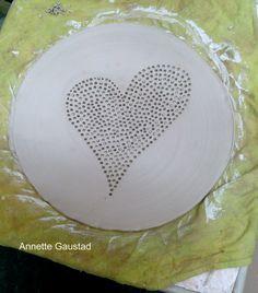 Anette Gaustad lager et keramikkfat