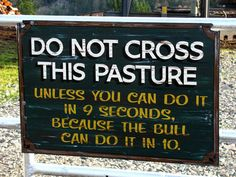 funny billboards signs do not cross this pasture unless you can do it in 9 seconds becuase the bull can do it in 10 - From Top 100 Awesome Funny pics, photos and memes. Eiko Ojala, Farm Humor, Funny Farm, Farm Jokes, Just In Case, Just For You, Funny Quotes, Funny Memes, Gifs Hilarious