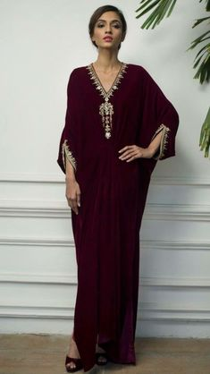 Robe de maison Pakistani Fashion Casual, Arab Fashion, Pakistani Dress Design, Pakistani Outfits, Muslim Fashion, African Fashion, Indian Designer Outfits, Designer Dresses, Velvet Dress Designs