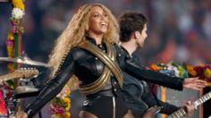 """Image copyright                  Getty                  Image caption                     Beyoncé, con chaqueta de cuero negro y bandoleras, conquistó al público y audiencia del Super Bowl.   A pesar de que la banda británica Coldplay era el plato fuerte del espectáculo durante el intermedio del Super Bowl, fue la cantante Beyoncé la que se robó el show. La artista estadounidense presentó su nueva canción """"Formation"""", que hace referenci"""