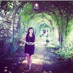 Olivia in the garden - APOLOGIE