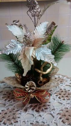 Arranjo natalino de mesa, cachepô em mdf, bico de papagaio, fitas, festão importado, juta, diversas sementes secas da natureza envernizada ou pintadas.