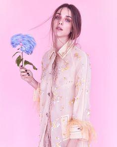 Nem só de looks sóbrios se faz um inverno. Para adoçar a estação fria tons açucarados tingem de casacos a vestidos de festa e invejam frescor imediato às produções. É isto o que mostra o ensaio estrelado por @natyedenburg e @carlasalle exclusivo para Vogue on-line. Confira no link da bio e inspire-se! (fotos: Aninha Monteiro & @yurisardenberg; styling: @julianoezuel; beleza @vilujan; produção moda: @luizbonassoli @joaonell e @amandahackmann; assistência de fotografia: @bernardocalmon). #moda…