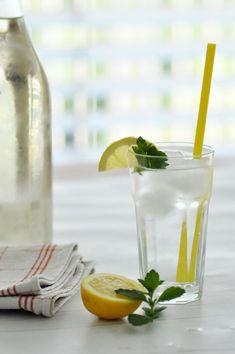 Selbstgemachter Melissensirup Rezept • Selbstgemachter Zitronen Melissen Saft Cocktails, Cocktail Drinks, Mojito, Smoothies, Nom Nom, Glass Vase, Table Decorations, Diy, Minden