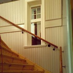 Nu åker vi hem till stan igen. Jag hann inte så mycket på garderoben i hallen då sambon behövde hjälp att få ledstången till trappen på plats. Det är samma ledstång som var i trappen innan vi flyttade huset #ledstång#trappa#spont#byggnadsvård#fönster#lantligt