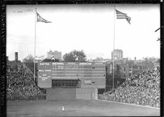 Wrigley Field, Chicago, IL, October 1935 - A look at the original scoreboard during the 1935 World Series - Baseball History Comes Alive! Baseball Park, Chicago Cubs Baseball, Baseball Photos, Baseball Scoreboard, Baseball Stuff, Sports Baseball, Football, Old Pictures, Old Photos