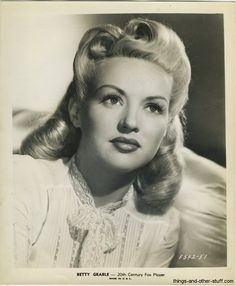 Betty Grable epitomizes glamour but boy is she goofy. Comedy and class together.