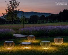 3 luminárias charmosas para iluminar o jardim | Da espanhola Vibia, a luminária Meridiano ainda faz as vezes de banco. O design assinado por Jordi Vilardell Meritxell Vidal prevê apenas uma lâmpada de led de 7, 7 W sob a chapa de aço inferior.