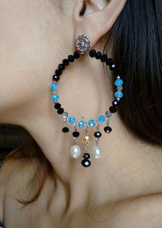 Brinco de cristais e pérolas. Jewelry Design Earrings, Bead Jewellery, Wire Jewelry, Beaded Jewelry, Beaded Bracelets, Jewelery, Diy Necklace, Bead Earrings, Homemade Jewelry