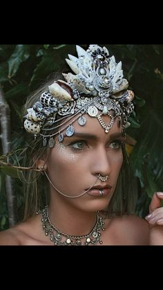 i like the colours that have been used in this headdress, silver and white, the shells give a great texture to the crown alswell Headpieces, Fascinators, Psytrance Clothing, Festival Fashion, Festival Outfits, Foto Fantasy, Mermaid Crown, Mermaid Headpiece, Halloween Disfraces