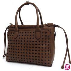 Bolso Tote Con Remaches  de MBMV. Original y bonito bolso para diario color taupe oscuro. De mano o bandolera.