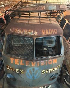 Best classic cars and more! Volkswagen Bus, Vw T1, Vw Camper, Combi Ww, Combi Split, Vw Cars, Abandoned Cars, Vw Beetles, Rusty Cars