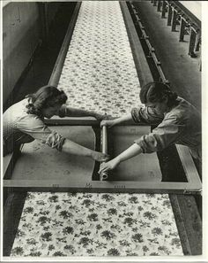 printing textiles by hand - industry trade textiles, Italy - photo Alfred Eisenstaedt for Life Magazine 1947 Textile Prints, Textile Design, Old Photos, Vintage Photos, Silkscreen, Impression Textile, Stoff Design, Textile Industry, Silk Screen Printing