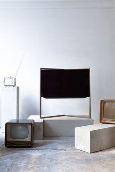 Bild 9 Loewe TV at Loewe Raum #tv #interior #gold #frame #loewetv #bodosperlein #vintagetv #interior #concrete