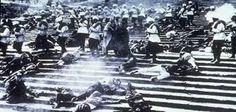 de soldaten van de tsaar schieten tijdens de februarirevolutie op ongewapende demonstranten. die demonstreerde tegen de macht en van de tsaar en tegen de regels en wetten in rusland.