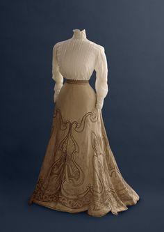 """Callot Soeurs, jupe  vers 1900 -- this skirt in the book """"De la mode et de les jardins"""" from the Palais Galliera"""