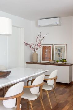dining room with white and wood chairs and white dining table Home Interior Design, Interior Decorating, White Dining Table, Dinner Room, Dining Room Design, Home And Living, Sweet Home, Room Decor, Decoration