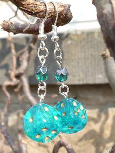"""Boucles d'oreille """"Elsa"""" avec dés à jouer 6 faces turquoises et perles de Bohème turquoises : Boucles d'oreille par acherontia"""