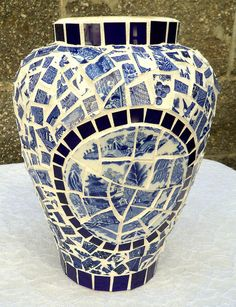 blue willow mosaic would want a different shape Mosaic Planters, Mosaic Vase, Mosaic Flower Pots, Tile Crafts, Mosaic Crafts, Mosaic Projects, Broken China Crafts, Chinoiserie, Willow Pattern