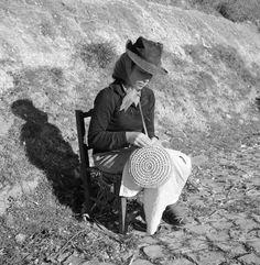 Artur Pastor - Algarve, cestaria. Décadas de 50/60. Algarve, Old Photos, Vintage Photos, Nostalgic Pictures, Vintage Party, Ex Libris, Tarot Decks, Graphic Prints, The Past