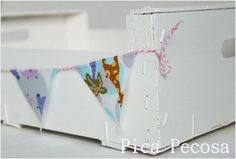 Caja de fruta pintada con chalk paint y con banderines / Fruit box painted with chalk paint and banners