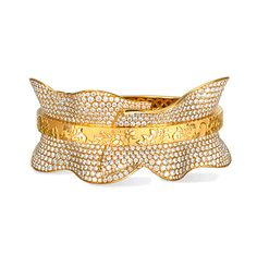 Carreras Bracelet in yellow gold and diamonds. Pieces of great originality due to the voluminous and serpentine shapes that represent the most easily identifiable symbols of the Spanish Empire: dandy ruffs and lace cuffs and a very vivid imagination.