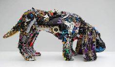 Een hond gebouwd van gerecycled plastic!