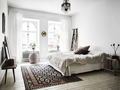 Scandinavian boho white, neutral bedroom with textured accents. Scandinavisch droomhuis Fika Magazine