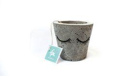 Geminis chica.  Maceta artesanal elaborada con cemento. Se encuentra impermeabilizada para que sea resistente a la intemperie. Pintada a mano con acrílico. Diseñada para cualquier tipo de planta, cactus o suculenta.