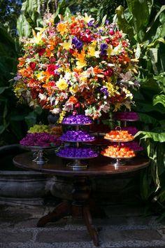 Arranjo de flores para casamento na mesa de doces