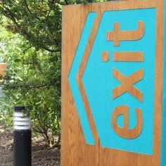 wooden-exit-sign-close-up.jpg 600×600 píxeles