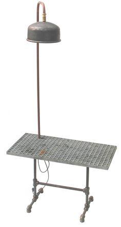 Stoere bijzettafel van oude fittingen en dejorooster met staande lamp van oud expansievat.(ook voor buiten)