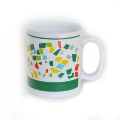 <p>Lot de 2 mugs 8 à huit vintage en verre opaque crémeux et motifs graphiques colorés , marqué Arcopal France, état d'usage. Pour donner une note rétro à votre petit déjeuner. On aime leur graphisme coloré et moderne.</p>