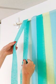 DIY Photo backdrop with party streamers. Easy set up and clean up for a birthday party, bridal shower, or other celebration. Baby Shower Photo Booth, Fotos Baby Shower, Baby Shower Photos, Shower Pictures, Wall Pictures, Shower Baby, Family Pictures, Baby Showers, Grad Parties