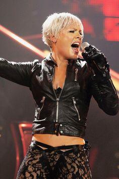 Pink - Love her music Rock Roll, Chicago Concerts, Divas, Best Friend Halloween Costumes, Celebrity List, Celebrity Singers, Pink Photo, Her Music, Pixies