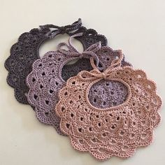 A little bit from the # crochet hook # sawmill # Chin - - Sourc Crochet Baby Bibs, Crochet Baby Blanket Beginner, Crochet Baby Clothes, Love Crochet, Crochet For Kids, Crochet Hooks, Baby Knitting, Baby Patterns, Crochet Patterns