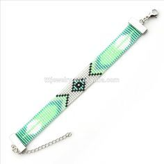 Miyuki bead loom m love the lite green Loom Bracelet Patterns, Seed Bead Patterns, Beading Patterns, Beading Ideas, Beaded Braclets, Bead Loom Bracelets, Seed Bead Jewelry, Beaded Jewelry, Bead Loom Patterns