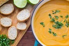 Vamos começar a semana com uma deliciosa sopinha detox? Separei uma receita de sopa detox de batata-doce e lentilha que é uma delícia! Vamos ver?