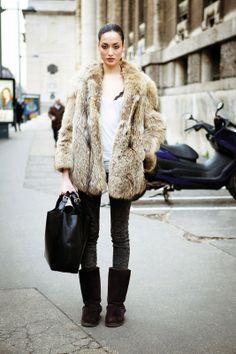 Efecto 'yeti'. El clásico abrigo de piel en tonos beis sale a pasear en versión diurna, con jeans y camiseta casual, o nocturna con botas 'extralarge' y trajes sastre.