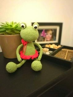 Crochet frog.. Crochet Frog, Crochet Necklace, Take That, How To Make, Beautiful, Fashion, Moda, Fashion Styles, Fashion Illustrations